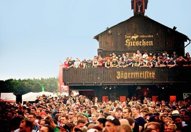 """Der Jägermeister Gasthof """"Zum röhrenden Hirschen"""" auf den Festivals 2015"""